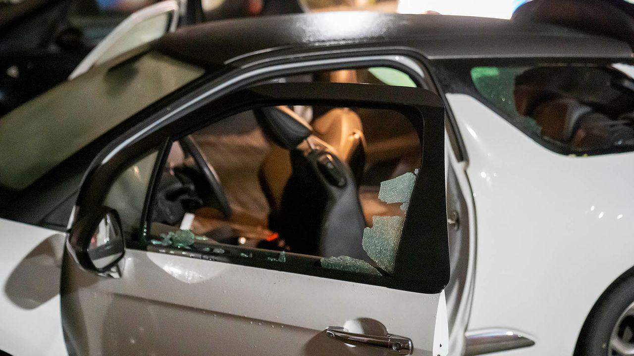 Vuurwerk ontploft in auto, verdachte vlucht