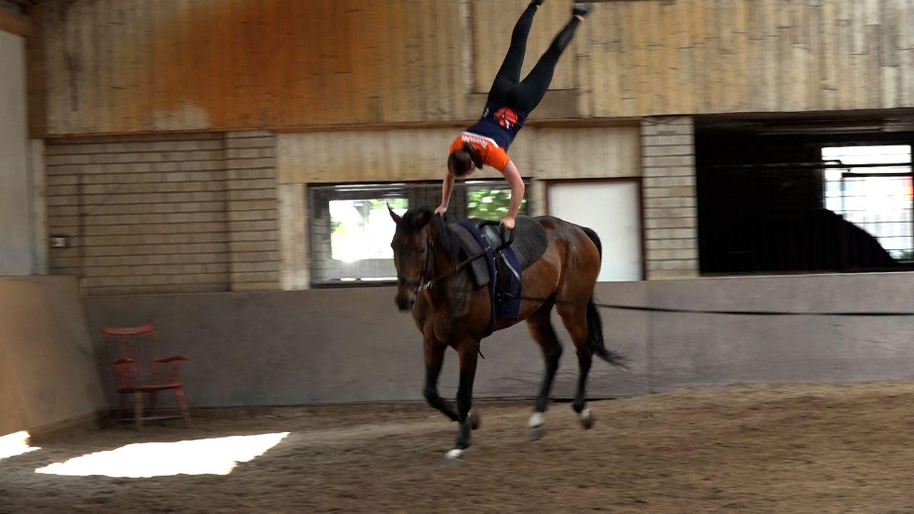 Acrobatiek op een paard: 'De hartslag komt boven de tweehonderd uit'