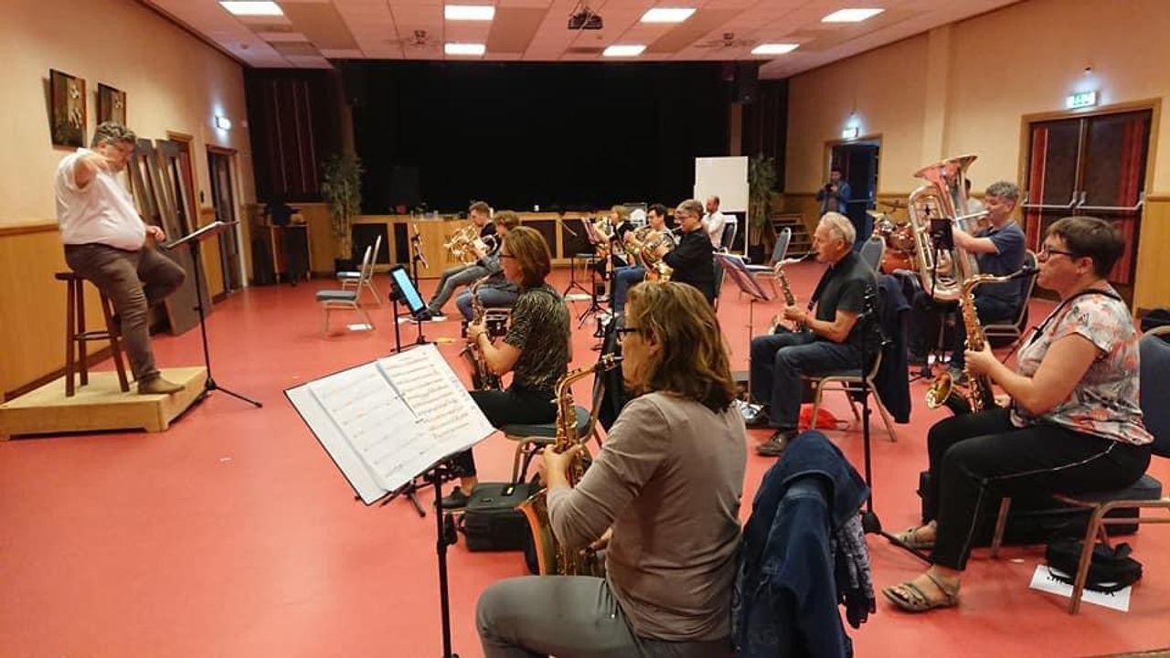 Muziekvereniging Vorstenbosch repeteert weer; 'Fijn om weer bij elkaar te zijn'