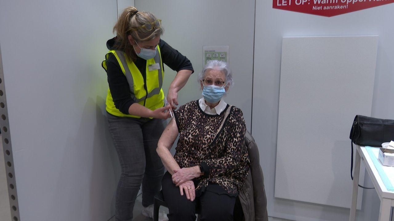Ouderen hoefden 'maar kort' in kou en regen op vaccinatie bij Brabanthallen te wachten
