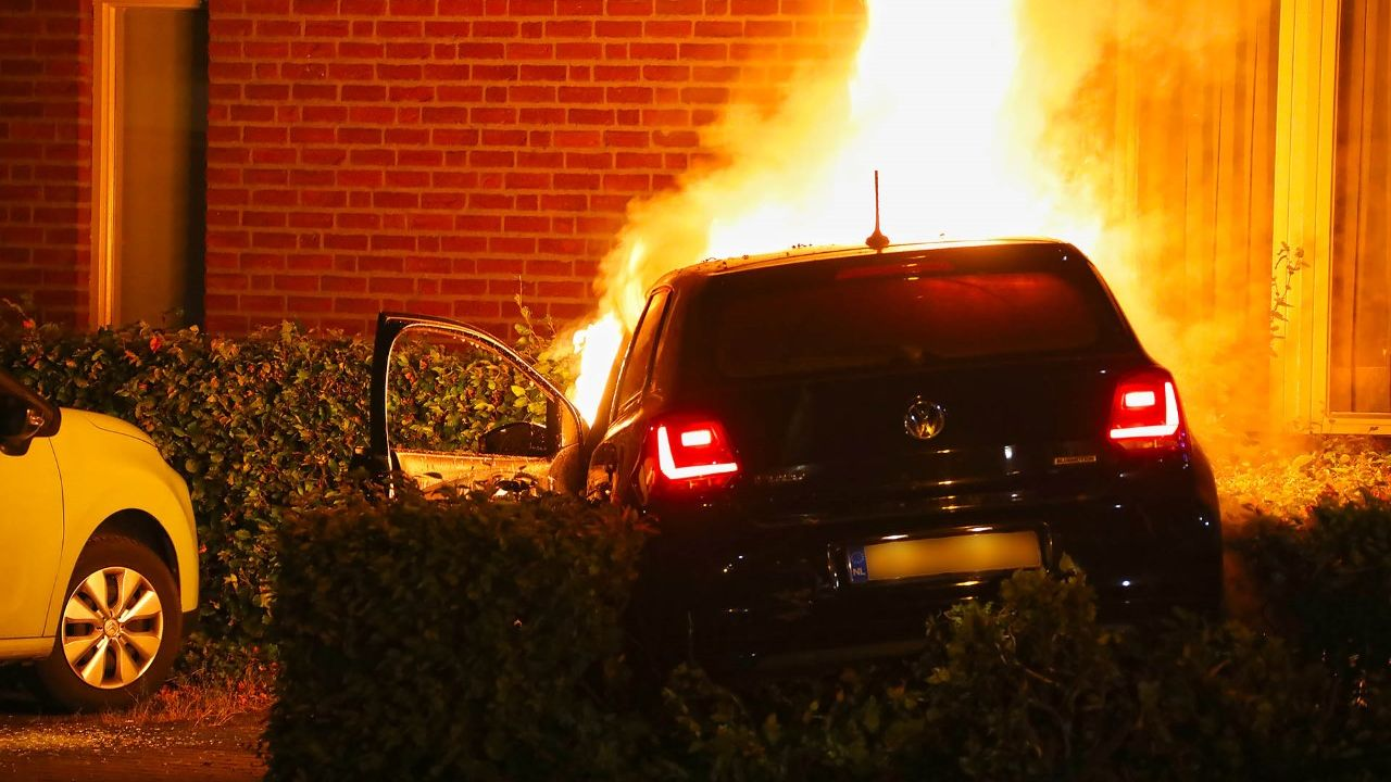 Man rijdt in op politiewagen, auto vliegt vervolgens in brand