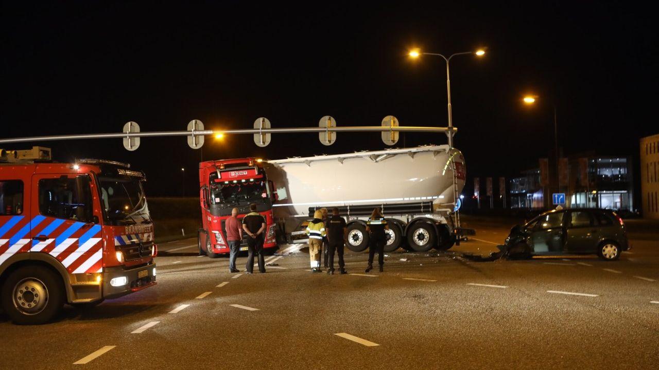 Auto en vrachtwagen botsen in Veghel, diesel lekt over het wegdek