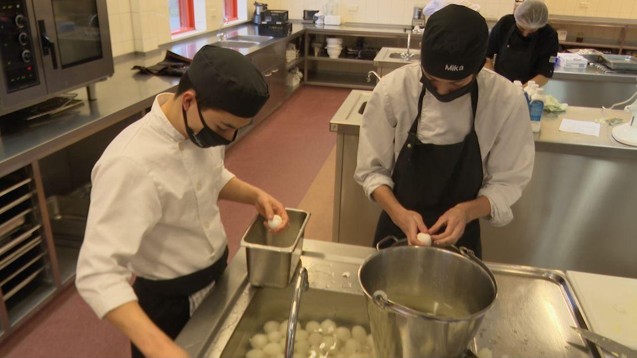 Alternatieve stage voor ROC-leerlingen: 300 kerstdiners maken voor arme gezinnen in Oss