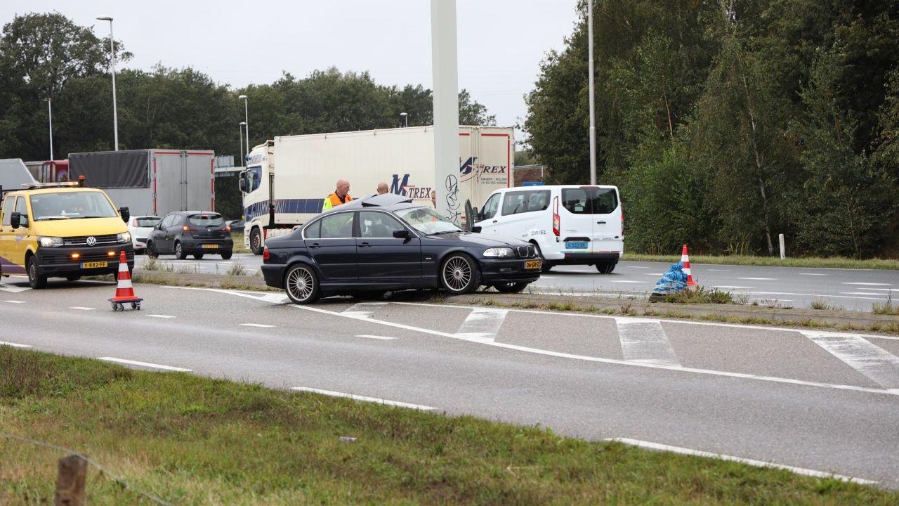 Auto glijdt van de weg en komt tot stilstand tegen verkeerspaal in Schaijk