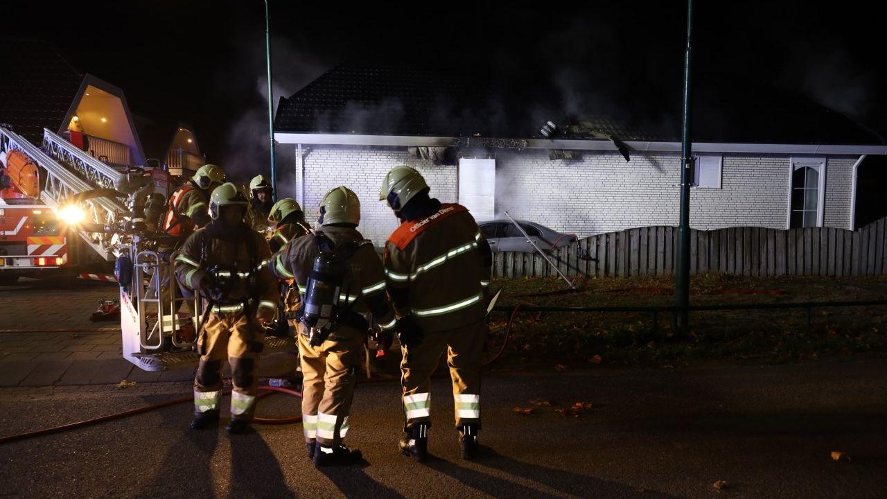 Autobrand slaat over op woonwagen in Nistelrode, bewoonster naar ziekenhuis