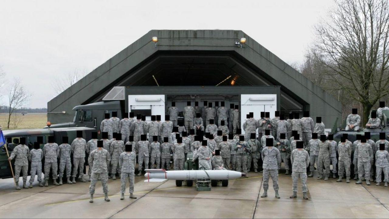 Amerikaanse soldaten op de foto met kernwapen op vliegbasis Volkel