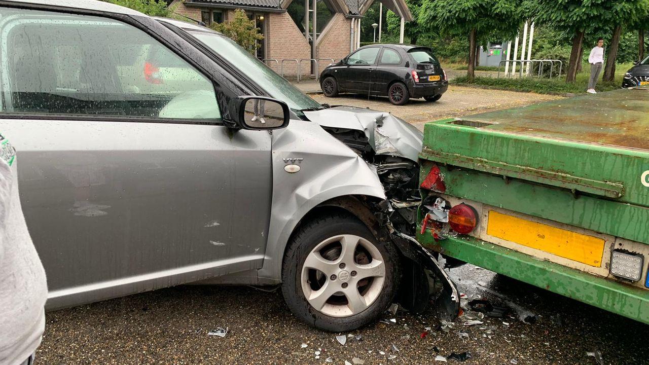 Auto knalt tegen stilstaande aanhanger in Uden
