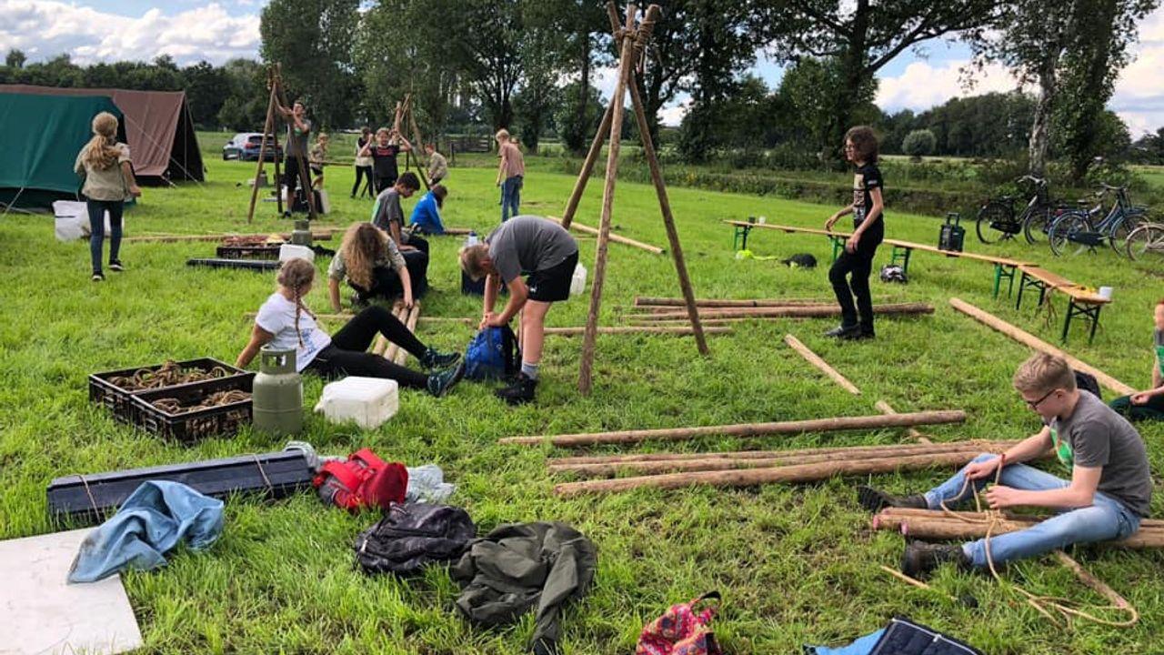 Dichtbij huis, maar niet minder leuk: scouts in Geffen op zomerkamp in eigen omgeving
