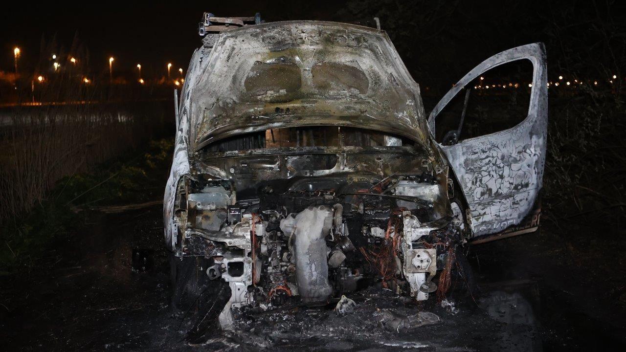 Bestelwagen gaat volledig in vlammen op in buitengebied Vinkel
