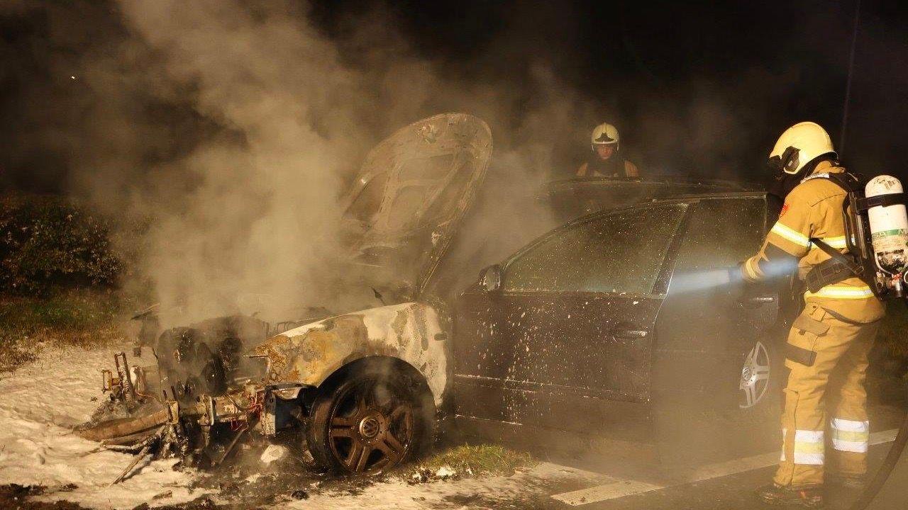 Auto vliegt in brand op Maastrichtseweg in Den Bosch