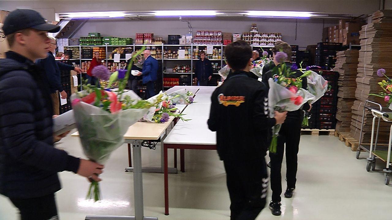 Jeugdteam Margriet brengt presentje bij voedselbank