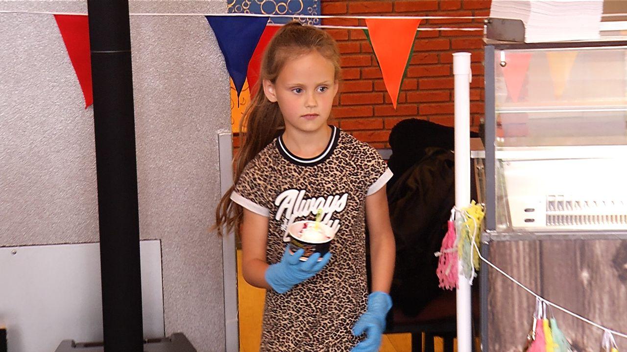 Sara (8) deelt ijs uit bij Laarstede