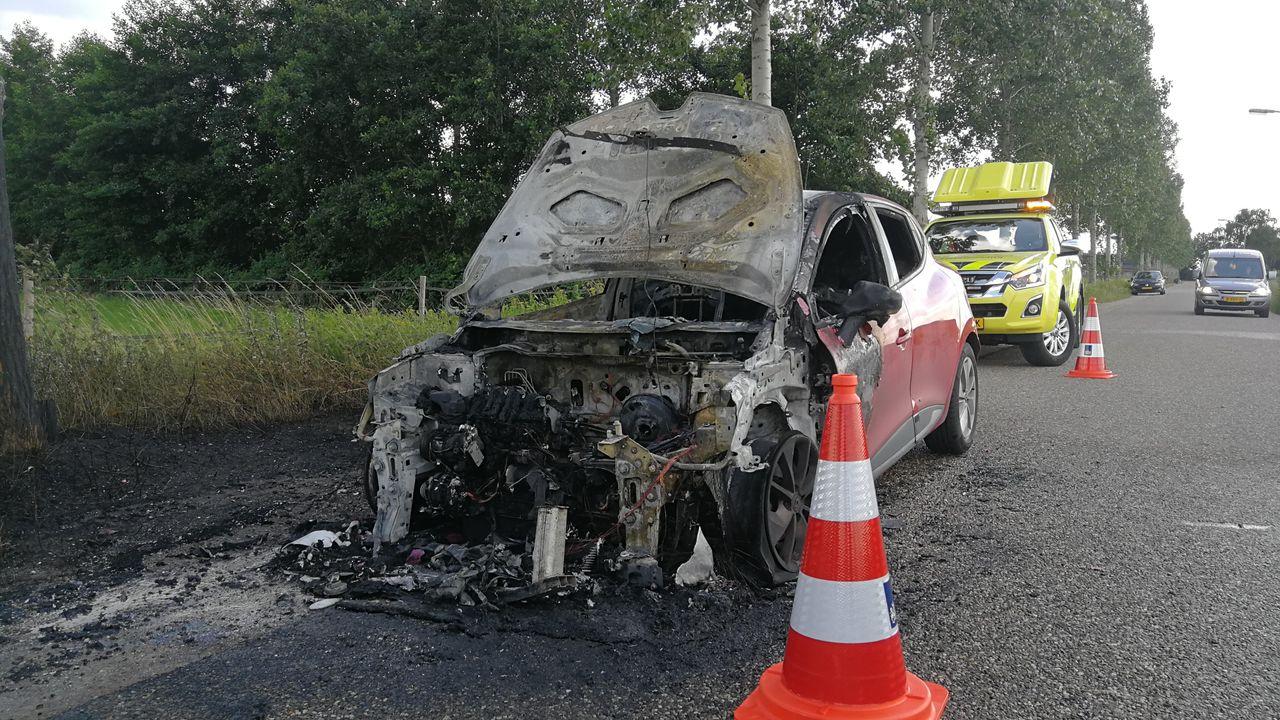 Auto vliegt in brand en raakt volledig total loss in Uden
