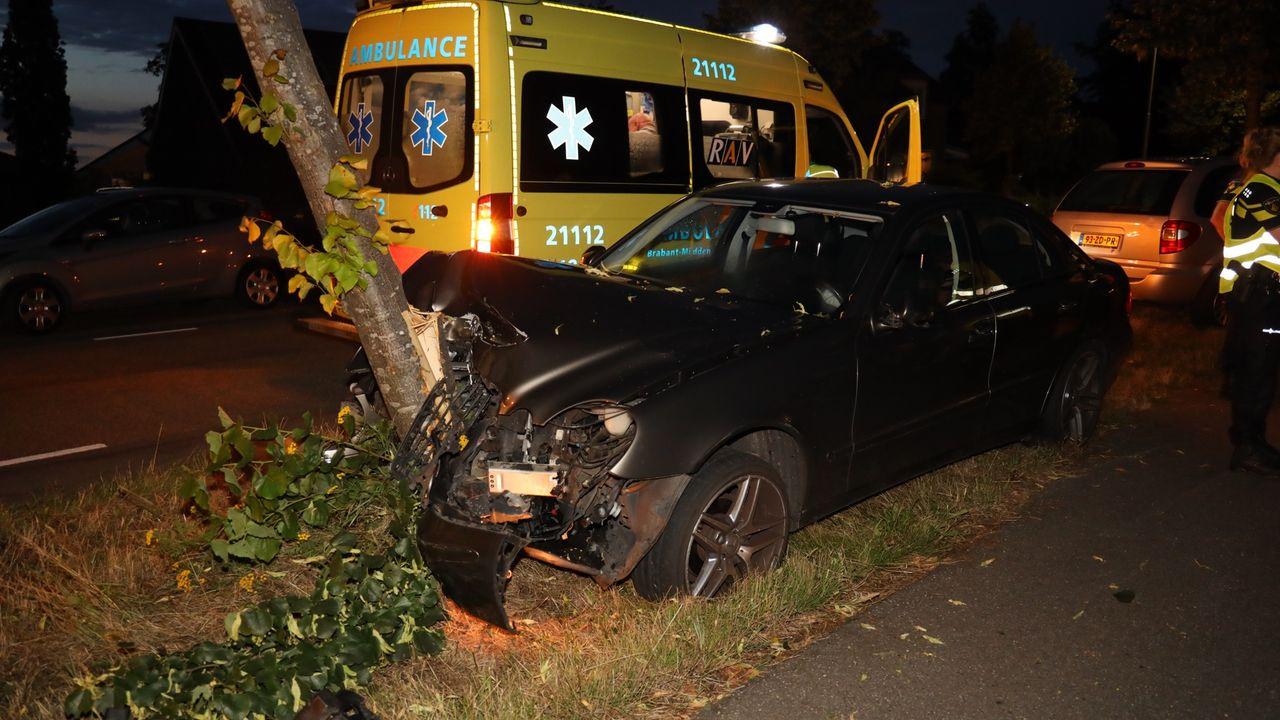 Automobilist verliest macht over stuur en botst tegen boom in Schaijk
