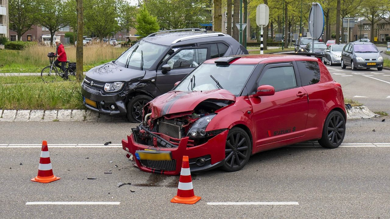 Flinke schade bij botsing tussen twee auto's in Oss