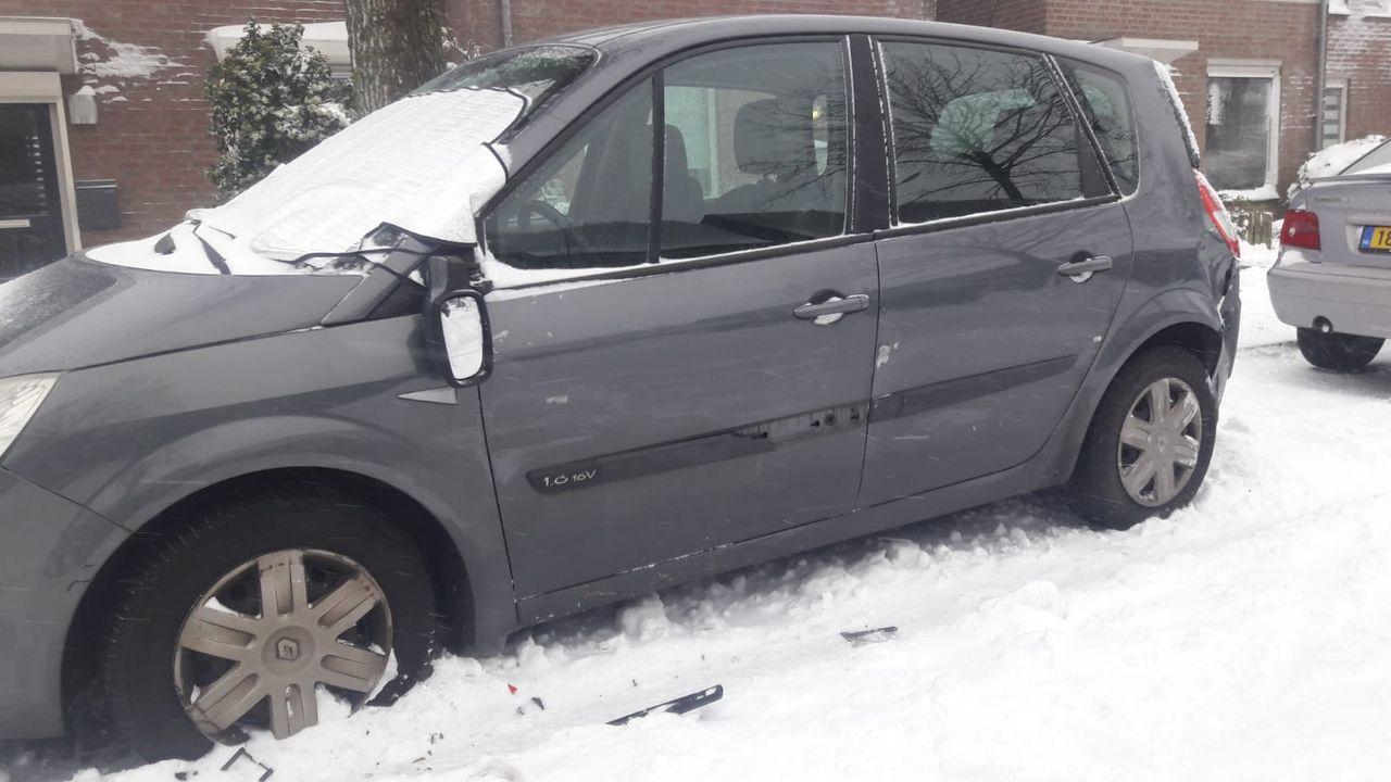 32-jarige vrouw uit Oss rijdt onder invloed geparkeerde auto's op Schalkskampweg aan