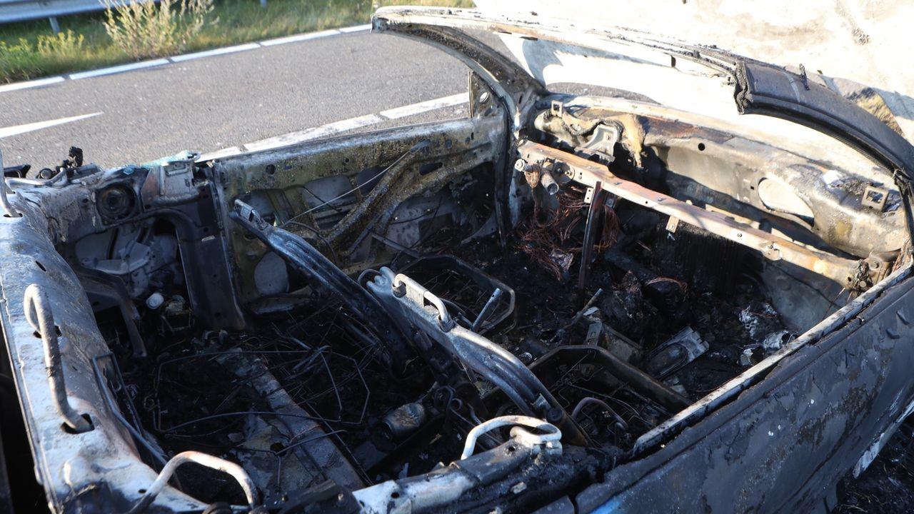 Auto volledig uitgebrand op afrit snelweg