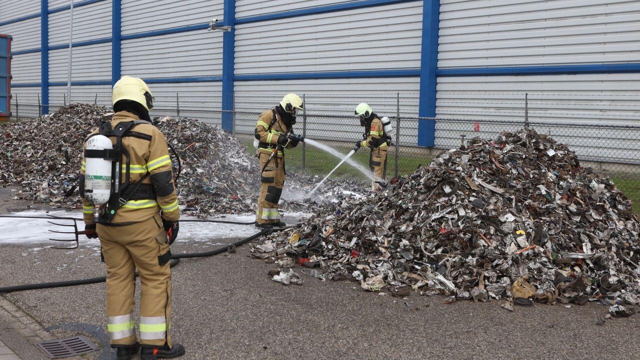 Vrachtwagen stort brandende lading op De Brand