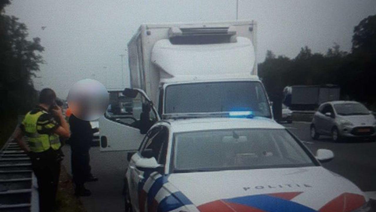 Bestuurder van vrachtwagen zonder rijbewijs en onder invloed aangehouden op de A2