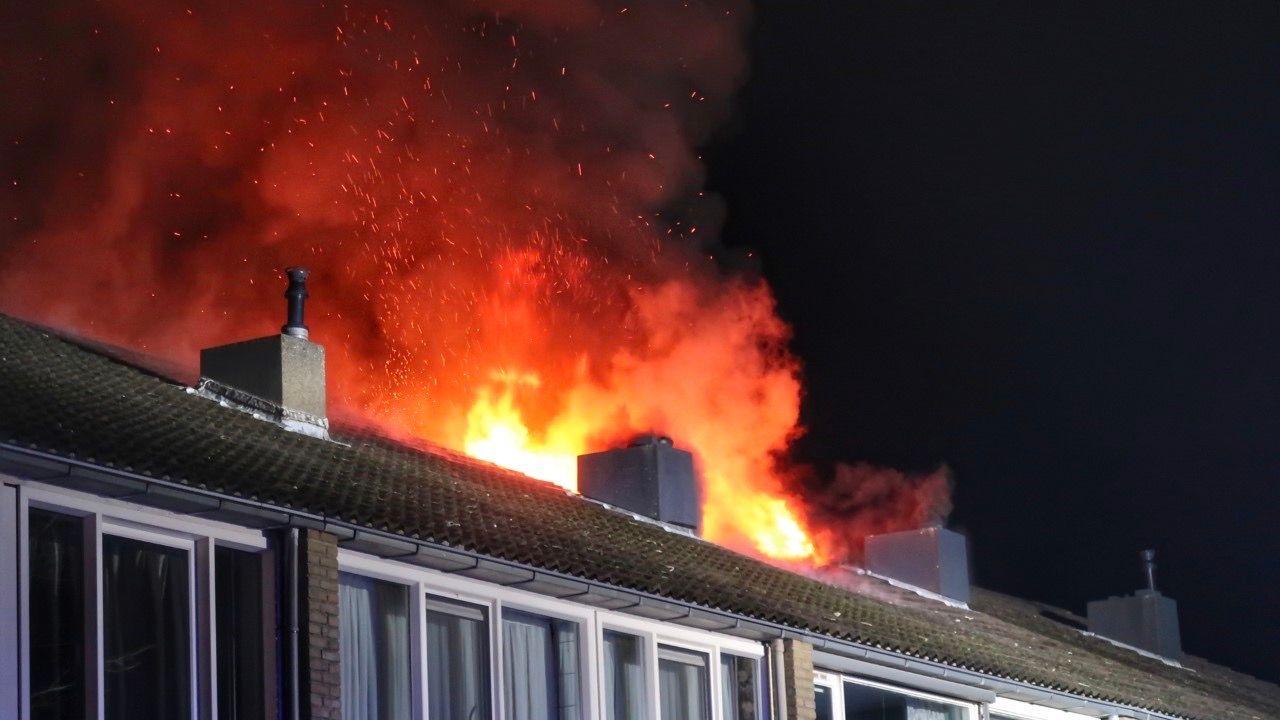 Uitslaande brand op zolder woning Tollensstraat in Oss