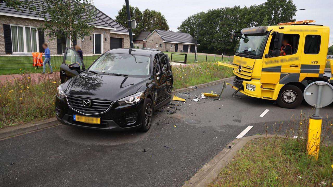Takelwagen ramt auto in Uden, automobilist gewond naar het ziekenhuis