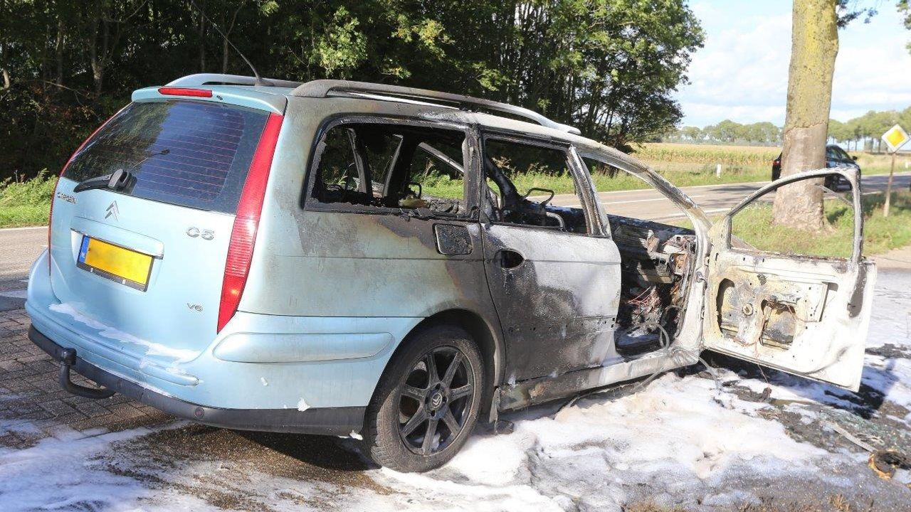 Auto uitgebrand na ongeval in Empel