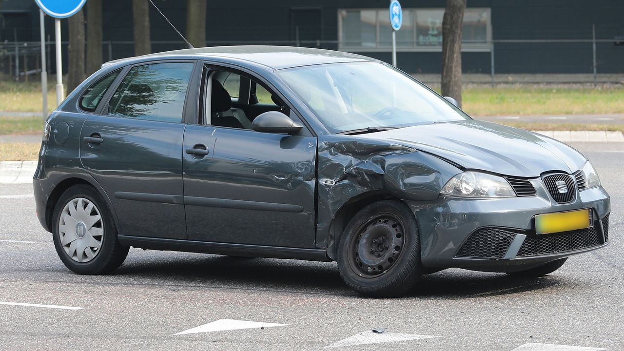Zware botsing tussen twee auto's in Oss