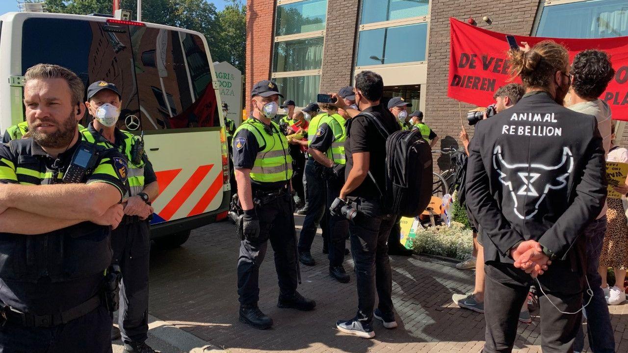 Dertien mensen aangehouden bij protestactie Animal Rebellion bij kantoor ZLTO