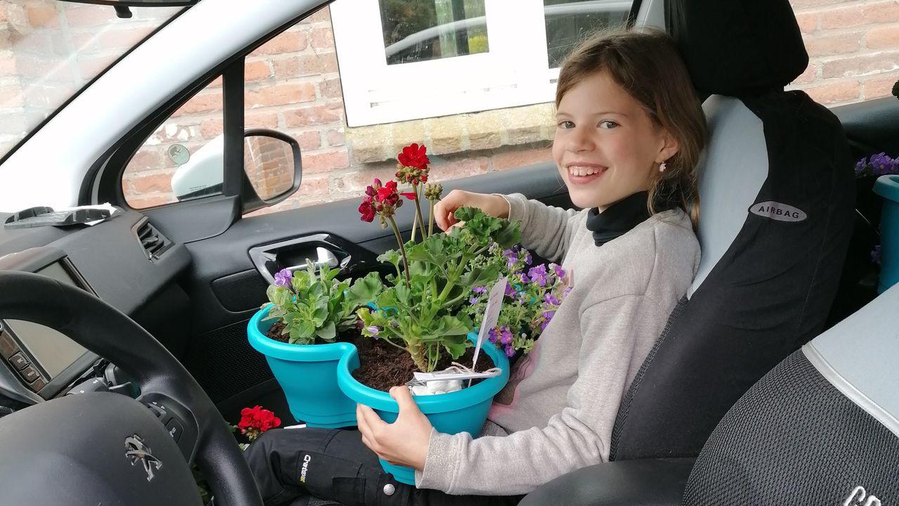 Plantenbakken uitdelen aan ouderen: ''Mooi om de blije gezichten te zien''