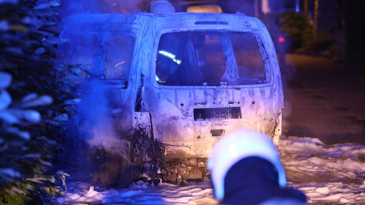 Auto brandt volledig uit in Heeswijk-Dinther