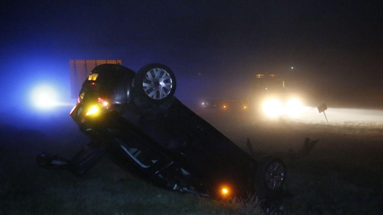 Automobilist belandt op zijn kop in greppel langs A50 bij Uden, maar raakt niet gewond