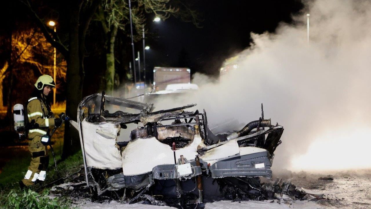 Brand legt caravan aan Hedikhuizerweg in Den Bosch in de as