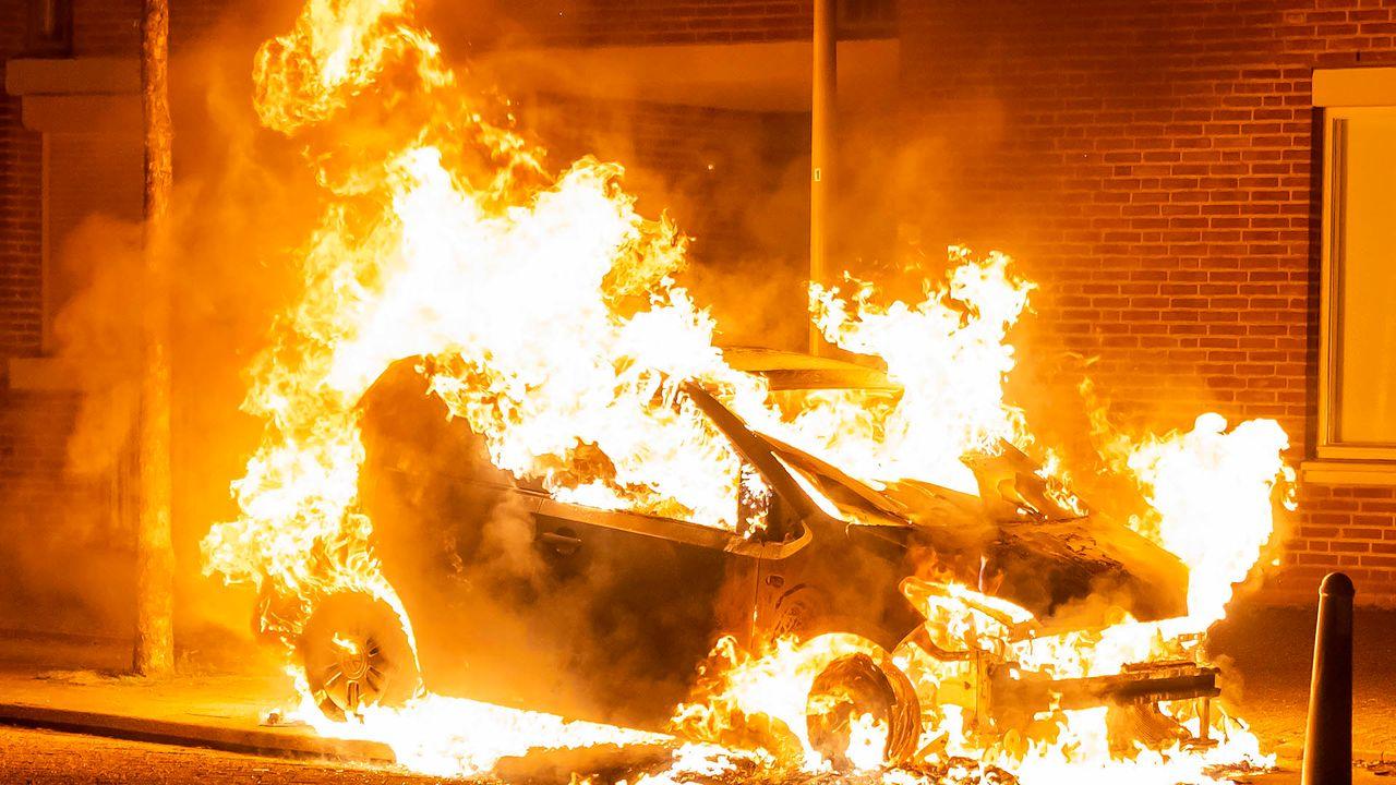Auto brandt volledig uit aan De Oude Vest in Oss