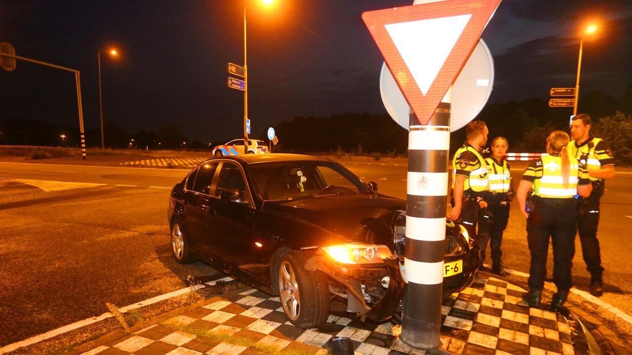 Automobilist zonder rijbewijs rijdt tegen lichtmast in Den Bosch
