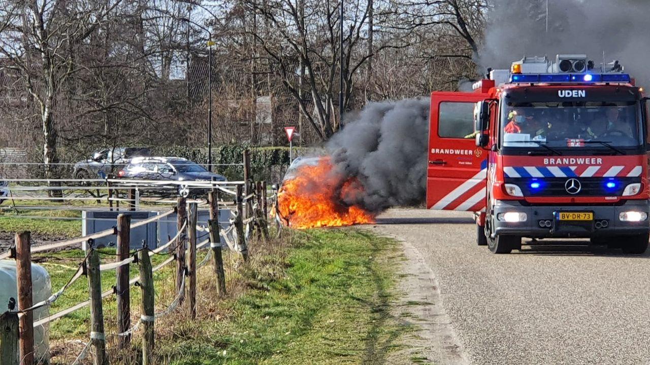 Auto vliegt al rijdend in brand bij skivereniging Uden