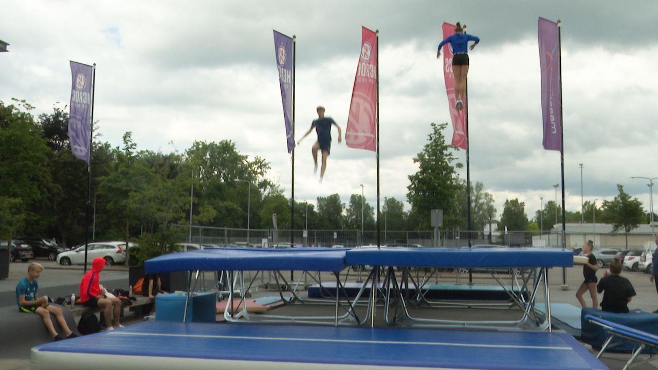 Topsporters trainen op de trampoline in de buitenlucht