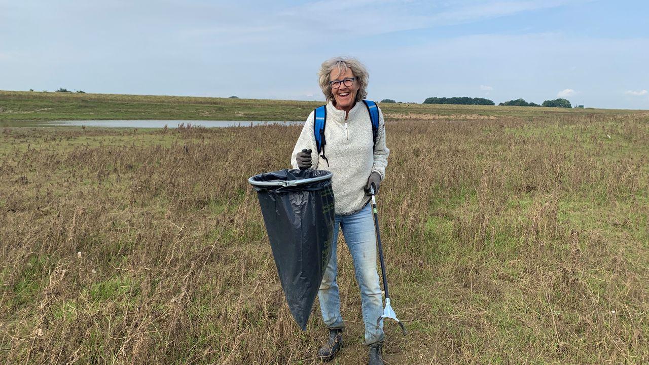 Vrijwilligers ruimen achtergebleven afval door hoogwater bij Keent op: 'Flesjes, hout en heel veel plastic'