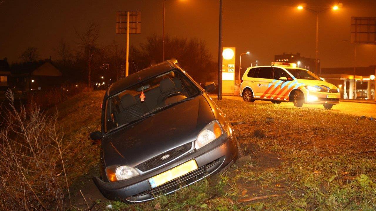 Auto raakt van de weg bij JBZ in Den Bosch