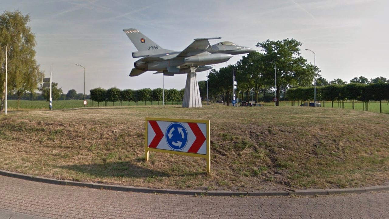 Poetsbeurt voor F16 op rotonde in Volkel