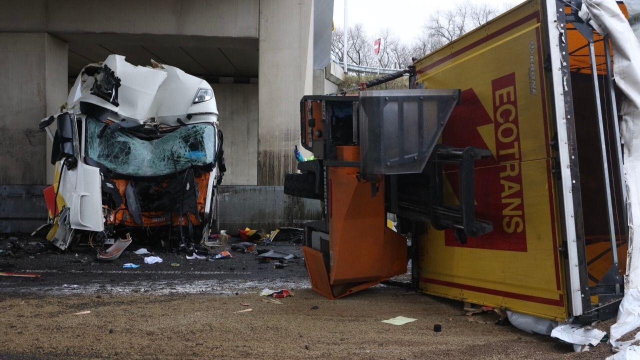 Vrachtwagen ramt brugpijler op N279 bij Heeswijk-Dinther