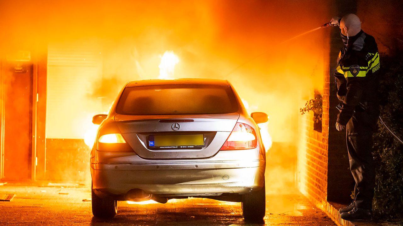 Weer een autobrand in Oss, vuur slaat over op woning