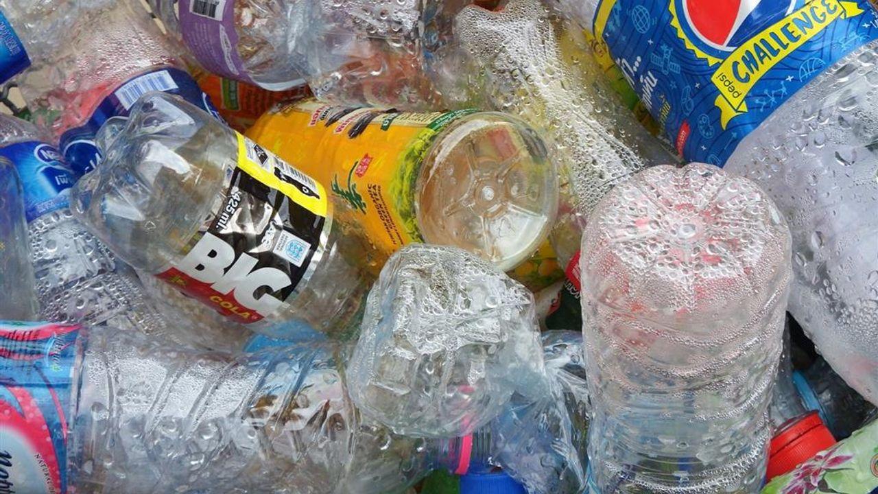 Drummen op kliko's en vissen naar plastic op Dag van de Duurzaamheid