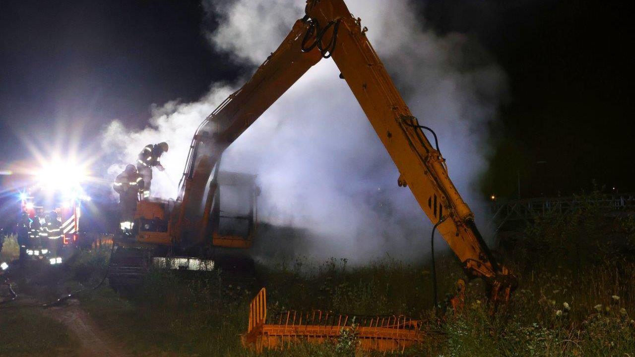 Graafmachine brandt uit in Rosmalen, vermoedelijk aangestoken