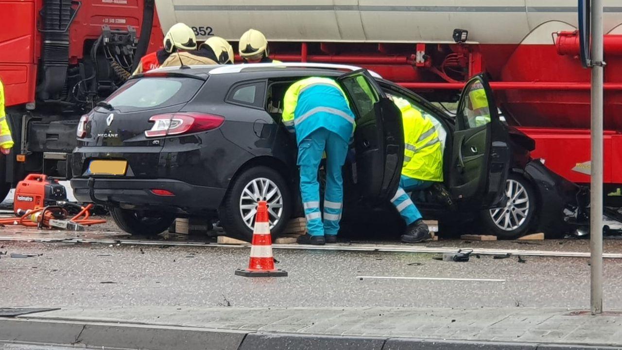 Auto belandt op N279 onder vrachtwagen na frontale botsing, bestuurder zwaargewond