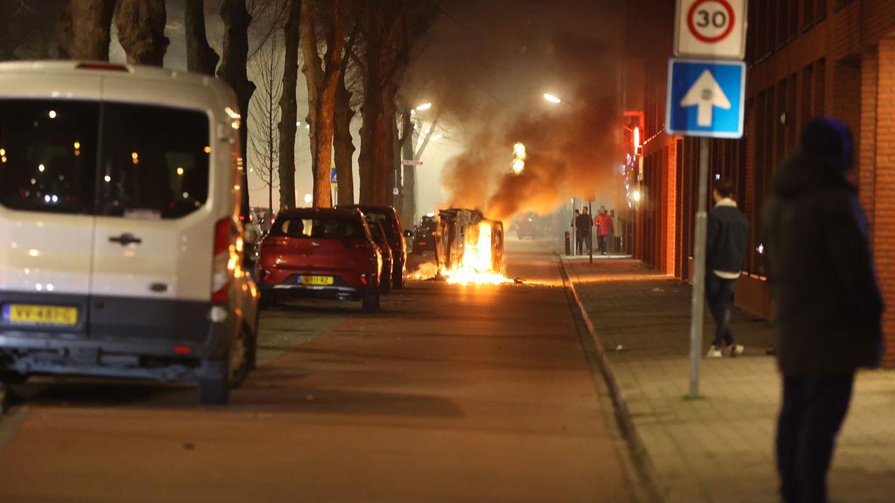 Onrustige nieuwjaarsnacht Graafsewijk; autobranden, politie bekogeld met vuurwerk
