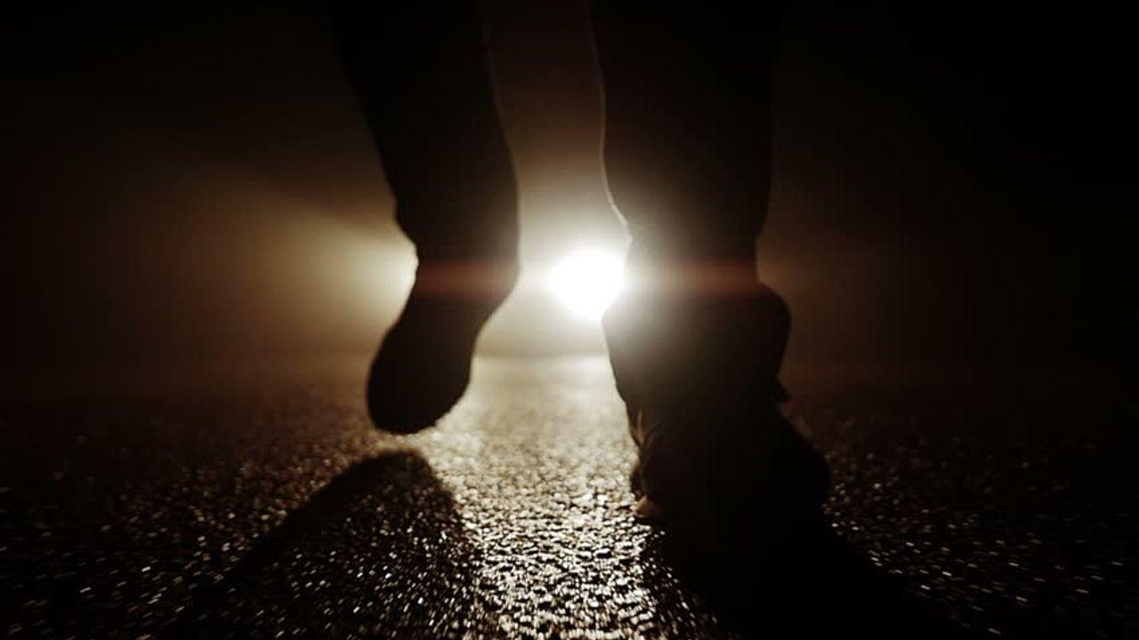 Vrouw wordt wakker van insluiper, politie zoekt dader
