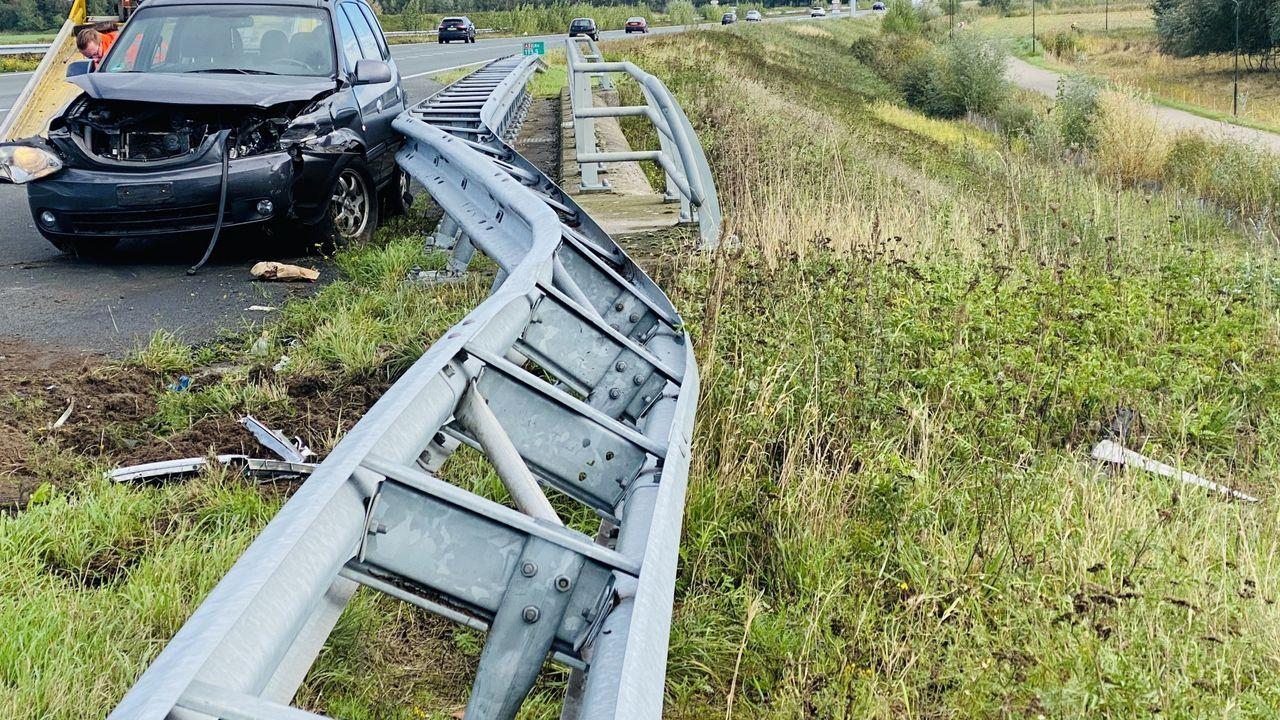 Bestuurder verliest macht over het stuur en rijdt vangrail in op Rijksweg