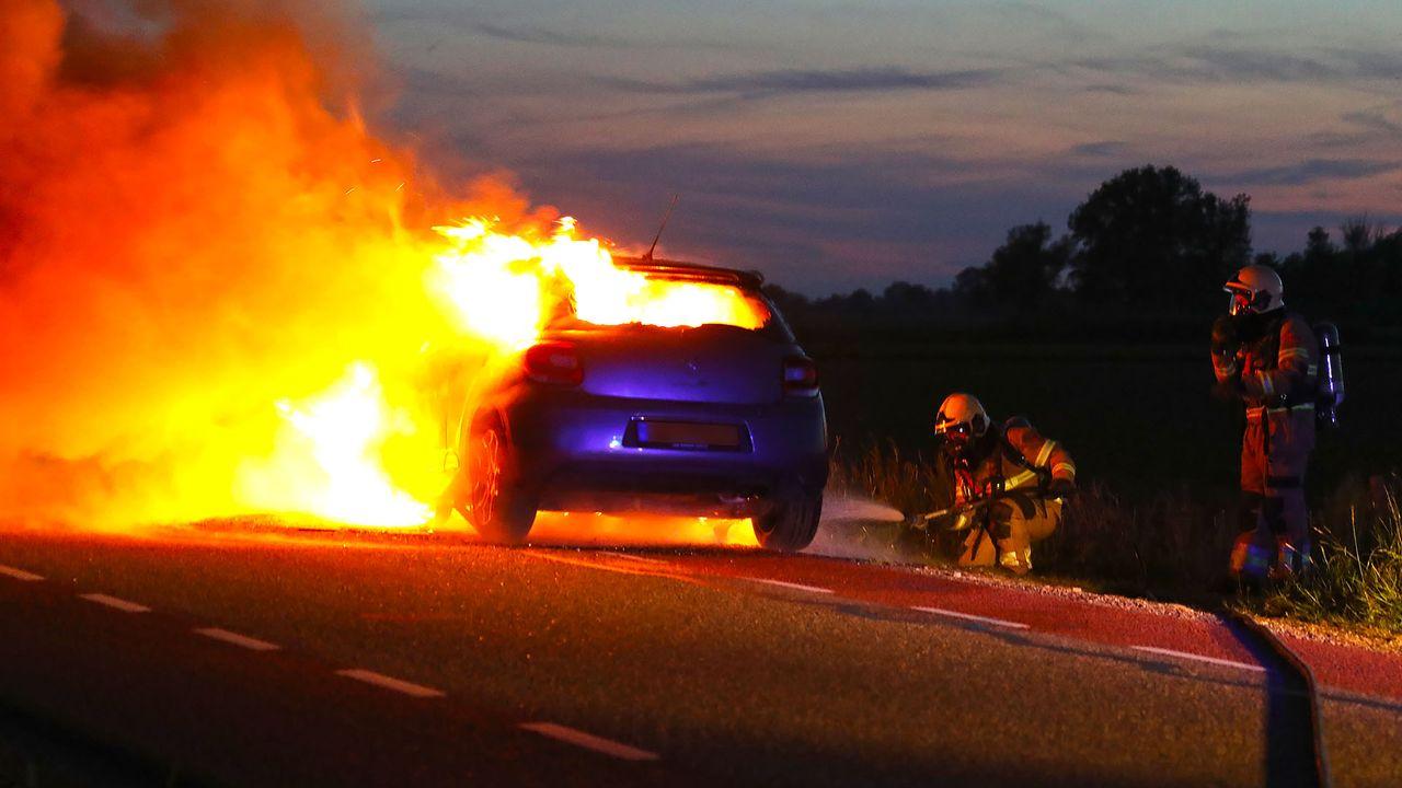 Auto vliegt in brand tijdens het rijden, inzittenden op tijd buiten