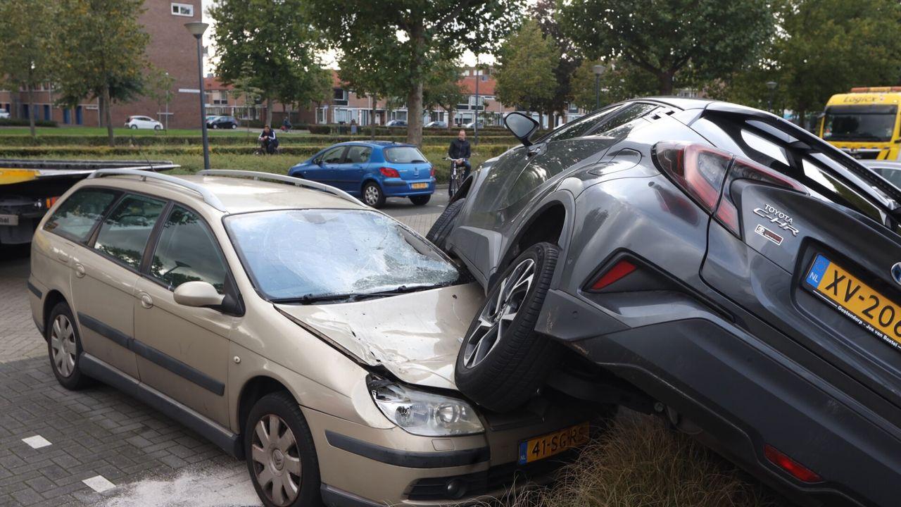 Auto bovenop andere auto, gas geven verward met remmen