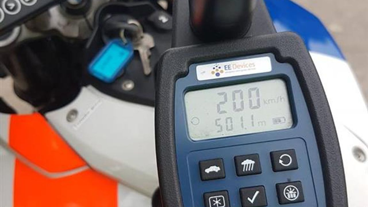 Man scheurt met 200 km/u over de A59 en moet rijbewijs inleveren